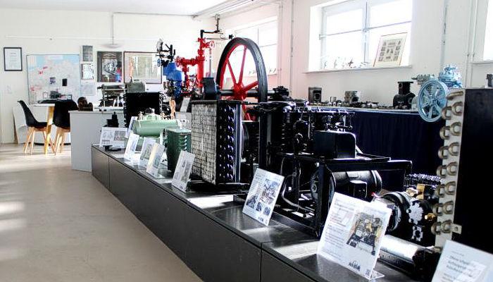 Entdecken Sie die Exponate unseres Museums. Interessanten kälte- und klimatechnischen Objekte wie Verdichtern, Mess-Regel- und Steuergeräten sowie Werkzeuge und Haushaltsgeräte.